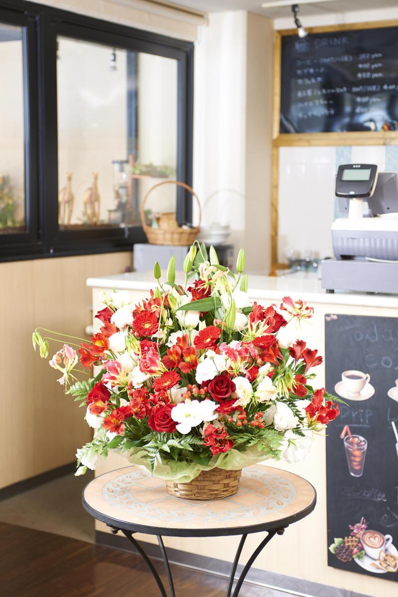 <p>開店祝い、開業祝い、出演祝い、誕生日祝い、結婚祝いなど、様々なお祝い事にお薦めのアレンジメントフラワーです。</p>