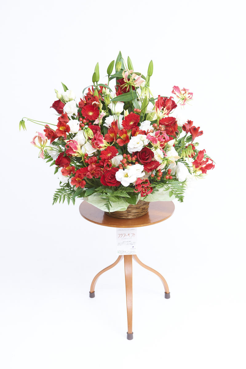 <p>赤と白の色合いがお祝い事にぴったりの生花(アレンジメントフラワー)です。</p>