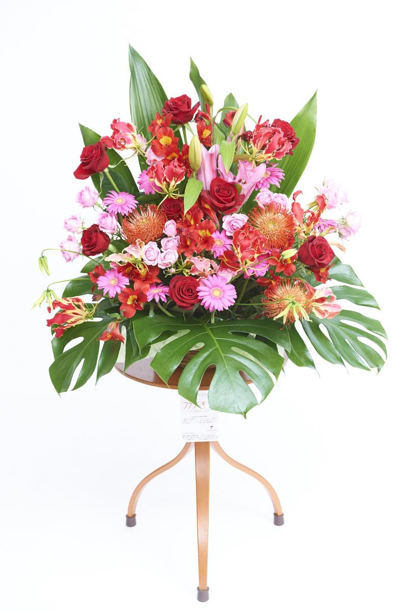 <p>赤とピンクの色合いがお祝い事にぴったりの生花(アレンジメントフラワー)です。</p>