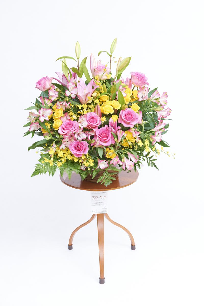 <p>黄色とピンクの色合いがお祝い事にぴったりの生花(アレンジメントフラワー)です。</p>