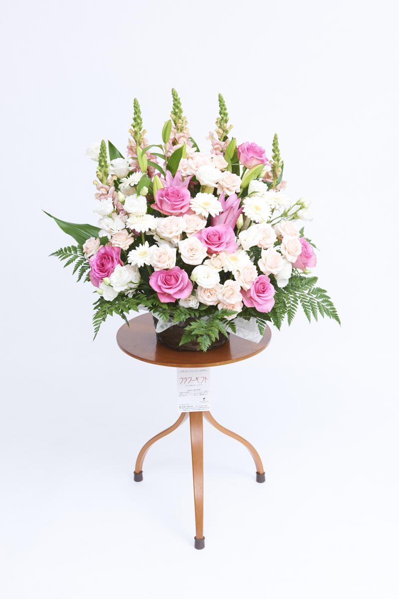 <p>白とピンクの色合いがお祝い事にぴったりの生花(アレンジメントフラワー)です。</p>