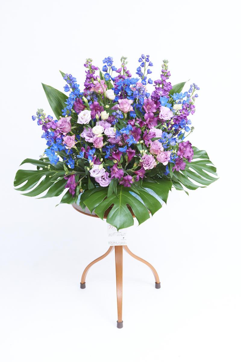 <p>ブルーとパープルの色合いがクールなお祝い事にぴったりの生花(アレンジメントフラワー)です。</p>
