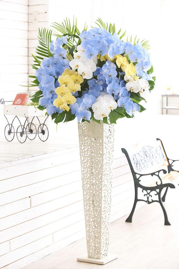 <p>人気のカラー胡蝶蘭彩(irodori)シリーズをスタンド花に仕立てた高級胡蝶蘭スタンドです。</p>
