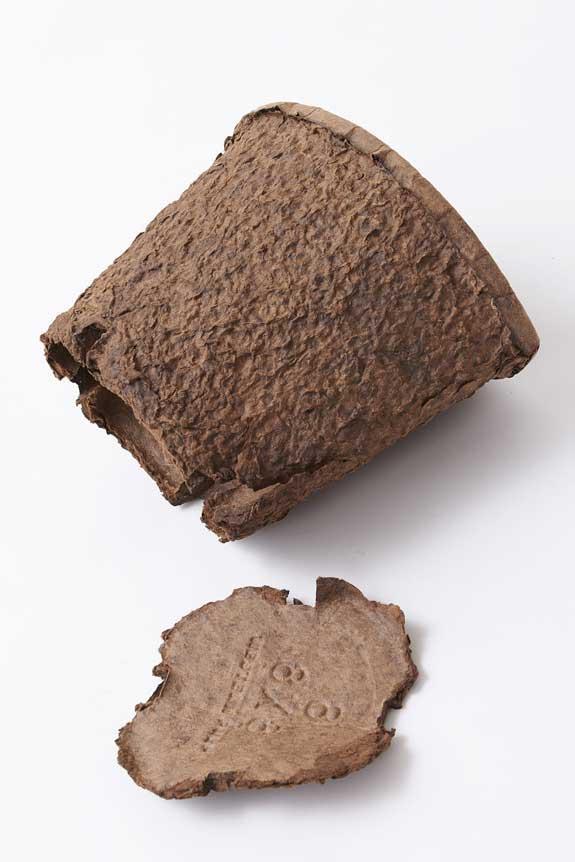 <p>簡単につぶせるエコ鉢は可燃物での処理が可能です!</p>