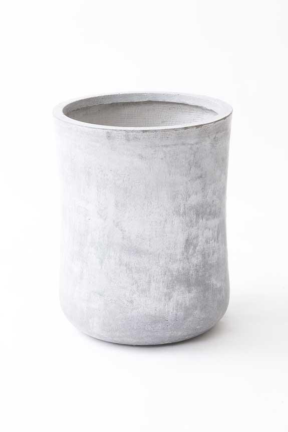 <p>硬質で重厚感を感じさせるインテリア鉢カバー「ファイバークレイグレーポッド」</p>