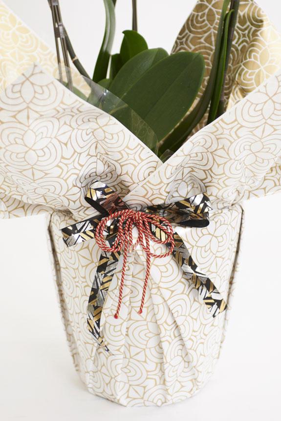 <p>[曼荼羅(まんだら)金花柄]金で描かれた曼荼羅花柄模様とこだわりのリボンが和を感じさせるお洒落なラッピングは、カジュアルからフォーマルシーンを問わずお祝いの場にマッチする一品です。</p>