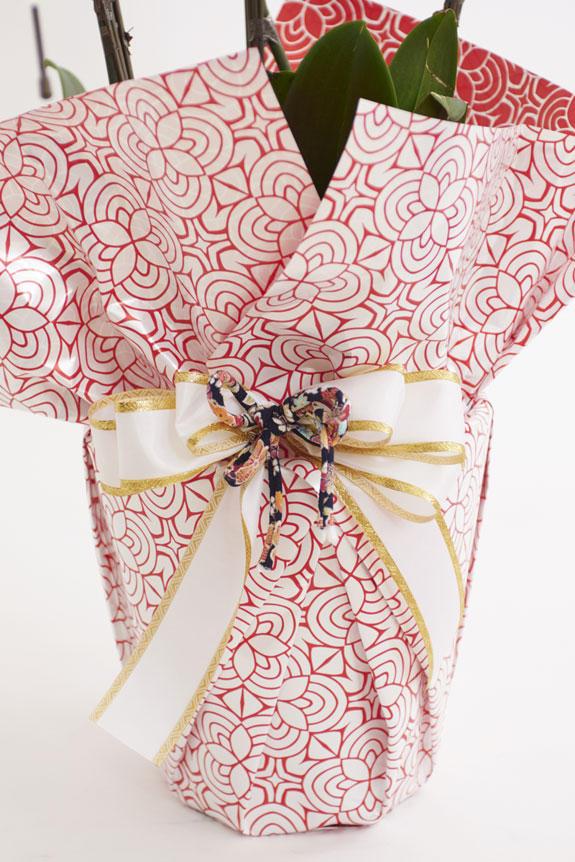 <p>[曼荼羅(まんだら)赤花柄]赤で描かれた曼荼羅花柄模様とこだわりのリボンが和を感じさせるお洒落なラッピングは、カジュアルからフォーマルシーンを問わずお祝いの場にマッチする一品です。</p>