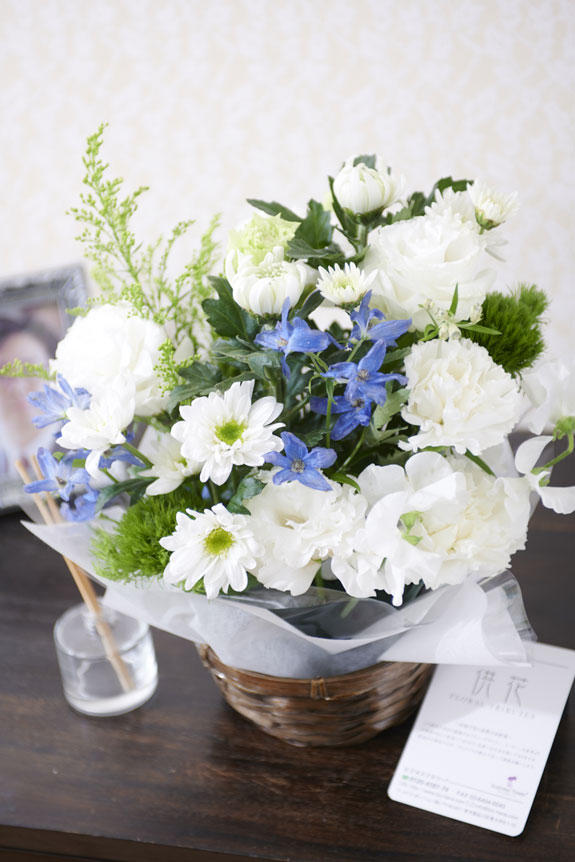 <p>お悔やみの気持ちをお花にして伝えることができる供花アレンジメントフラワーです。</p>