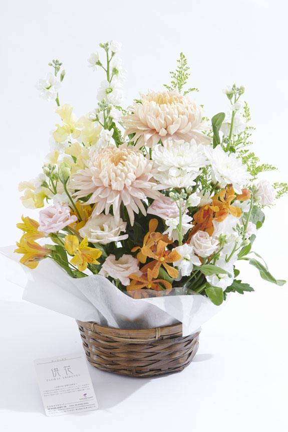 <p>白ベースにイエローとピンクの差し色が供花、お悔やみ花に向いているアレンジメントフラワーです。</p>
