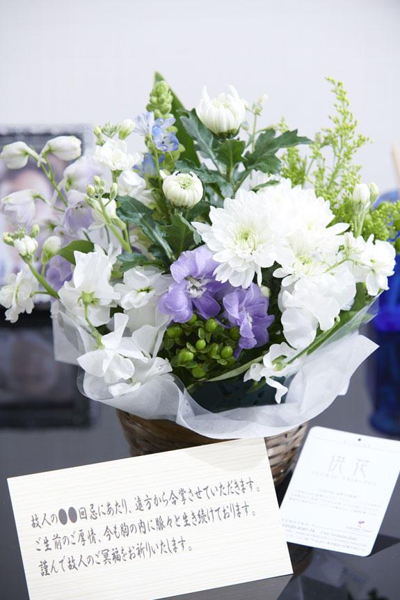 <p>ミックス花材の淡色仕様は主張しすぎず、供花、お悔やみ花としてお薦めしたアレンジメントフラワーです。</p>