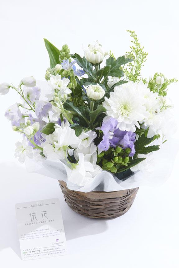 <p>白ベースに淡色の差し色が供花、お悔やみ花に向いているアレンジメントフラワーです。</p>