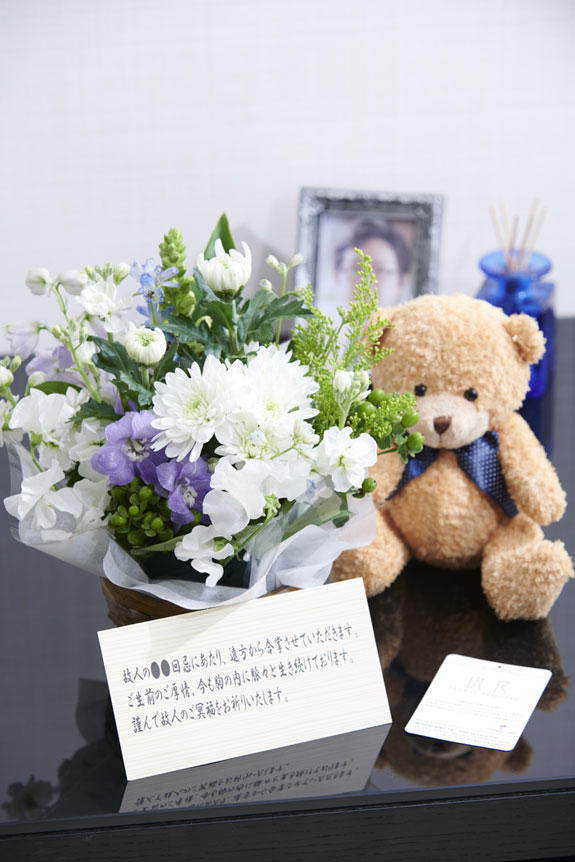 <p>故人の温もりをどこらかに感じさせてくれるクマのぬいぐるみとお供え花との供花アレンジメントフラワーを組み合わせた新しい供花ギフトセット</p>