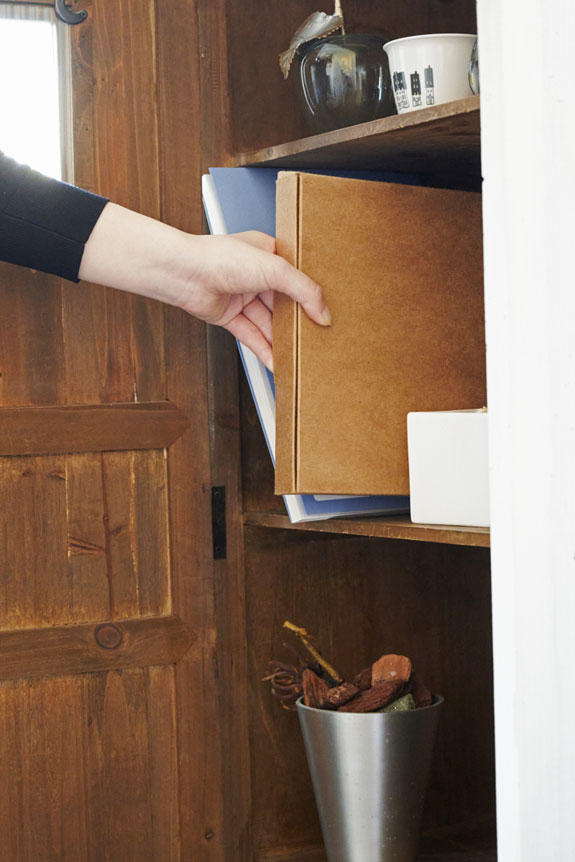 <p>額縁本体の箱は薄型で収納もラクラクです。</p>