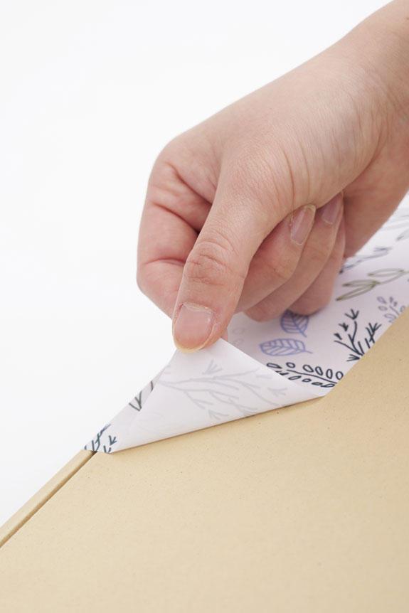 <p>メッセージカードと同じデザインのきれいに剥がせる簡易ラッピングが付きます。</p>