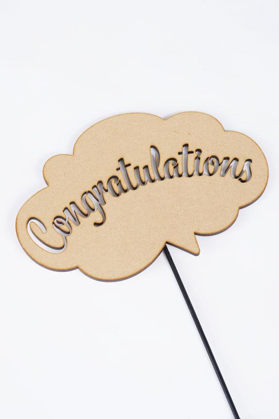 <p>「Congratulations」の文字をくり抜いたメッセージ立札です。</p>