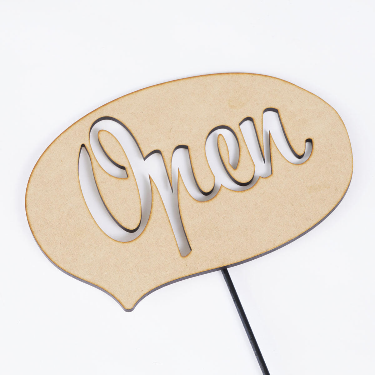 <p>「Open」の文字をくり抜いたメッセージ立札です。</p>