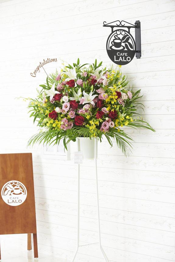 <p>Congratulations(文字型)の立体メッセージ立札付きスタンド花商品です。</p>
