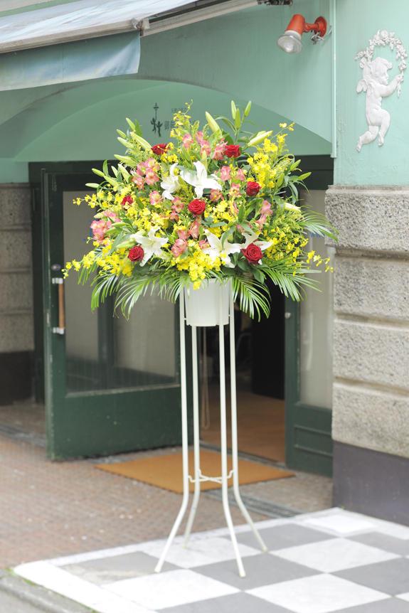 <p>多くのお祝い花が並ぶ開店、オープンのシーンでも見劣りする事のないボリュームのスタンド花です。</p>