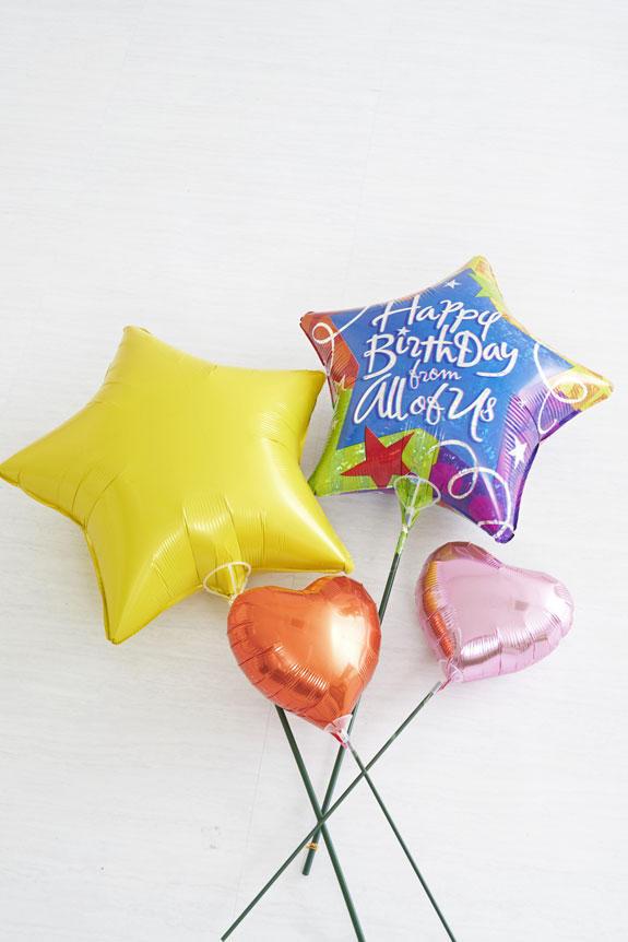 <p>誕生日を意味するバルーン、その他のバルーンなどで飾り付けを行います。カラー、デザインなどの素材詳細は、仕入の状況によって変わる可能性がございます。</p>