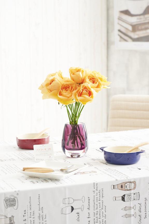 <p>国産苗のバラをフラワーベース(花瓶)と一緒にお届けする商品です。</p>