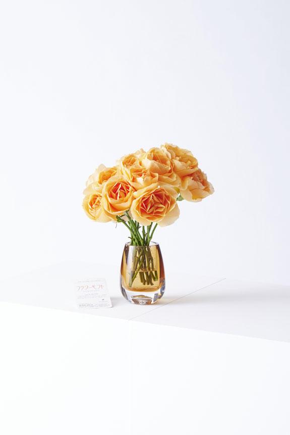 <p>どんなシーンにもマッチするシンプルモダンなデザインが特徴のフラワーベース(花瓶)と高級薔薇がセットになった商品です。</p>
