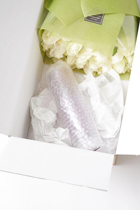 <p>安心の厳重梱包で花瓶花(フラワーベース)をお届けします。</p>