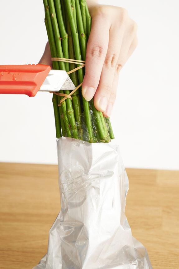 <p>高級薔薇の花束は輪ゴムで束ねてのお届けとなります。輪ゴムを切る際には十分お気を付けください。</p>