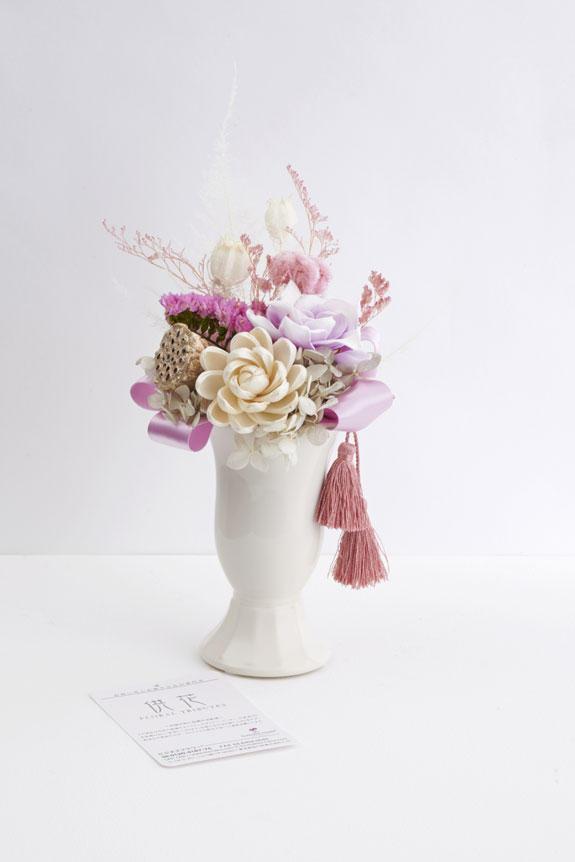 <p>昨今の風潮として、お供え花、お悔やみ花などの供花にもちょっとしたデザイン性のある商品が好まれます。</p>