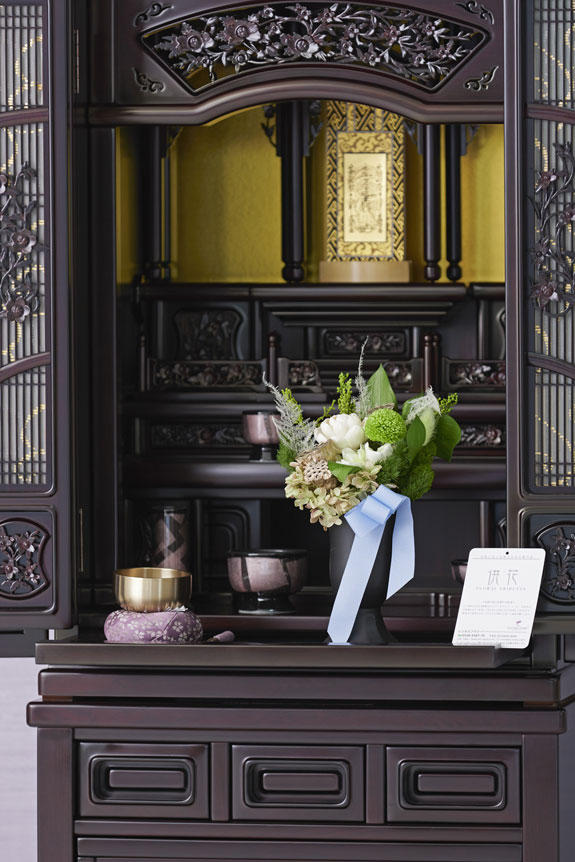 <p>仏壇に置いてもマッチする落ち着いたデザインが特徴のデザイナーズ供花プリザーブドフラワーです。</p>