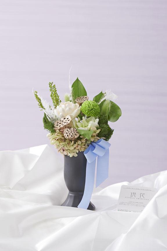 <p>派手過ぎず地味すぎない絶妙なデザインがデザイナーズ供花プリザーブドフラワーの特徴です。</p>