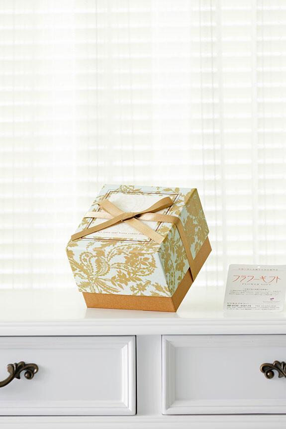 <p>お洒落なデザインの箱にリボンをかけてお届けします。</p>