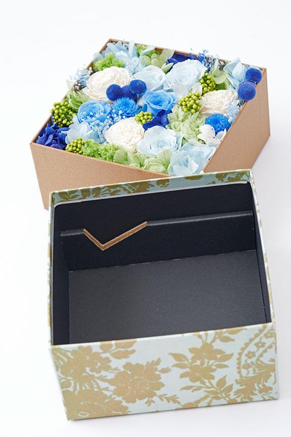 <p>箱の内側にはプリザーブドフラワーの作品を美しく見せるための細工が施してあります。(箱のイメージ)</p>